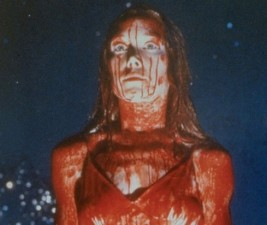 Den v seriálech: Carrie, Outlander, Dracula a další