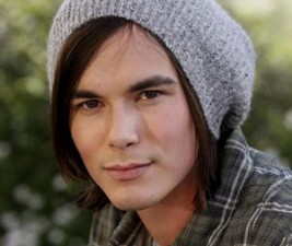 Caleb se vrací do Pretty Little Liars!