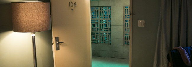Room 104 (Room 104) — 1. série