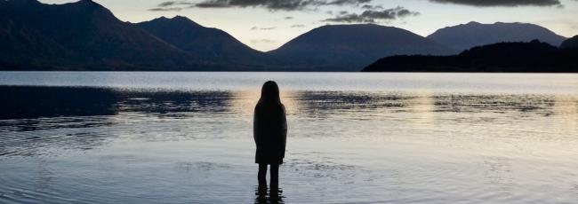 Stíny nad jezerem (Top of the Lake) — 1. série